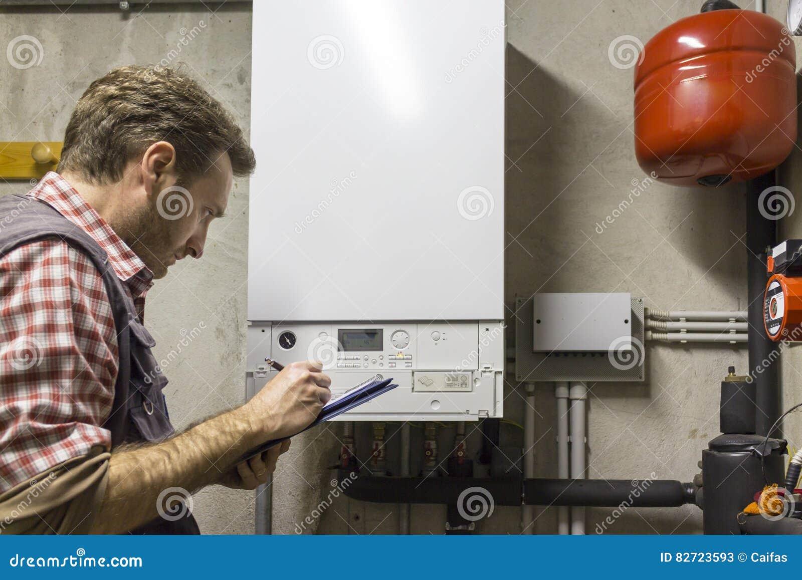 执行一个凝聚的锅炉的维护的水管工