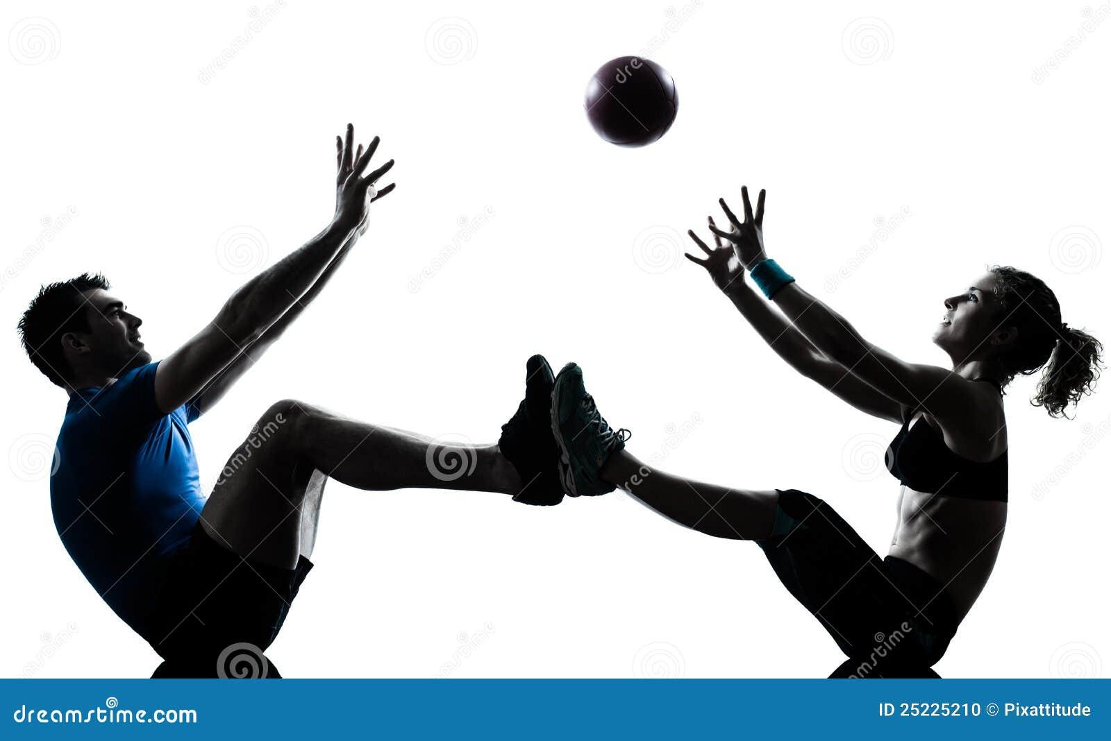 执行健身人的球扔妇女锻炼
