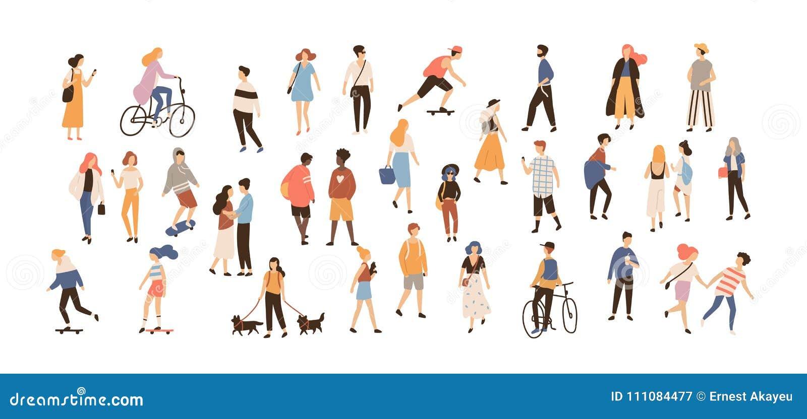 执行夏天室外活动-走的狗,乘坐的自行车的人人群,踩滑板 小组男性和