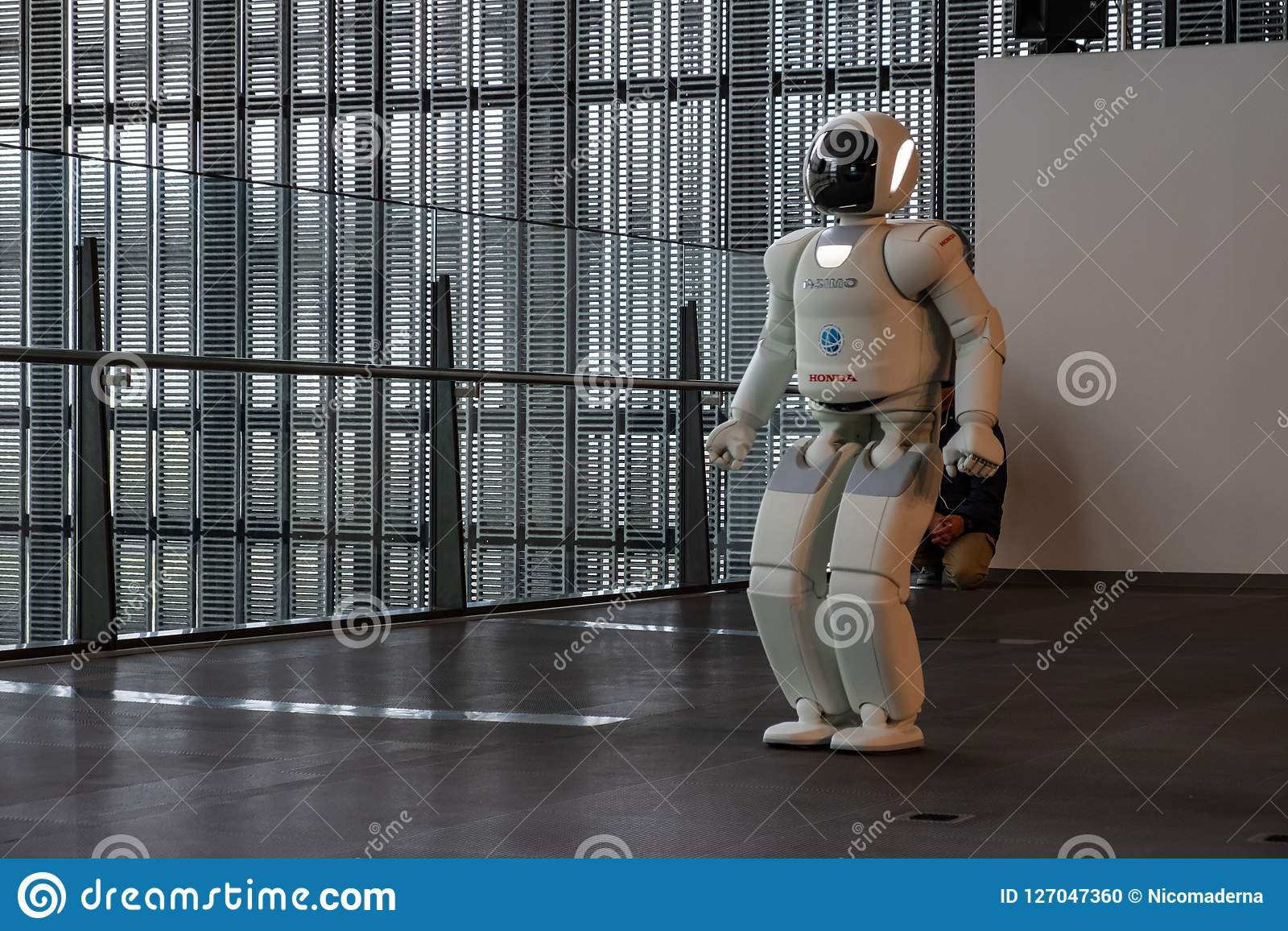 执行展示的Asimo本田机器人在涌现的科学和创新Miraikan国家博物馆