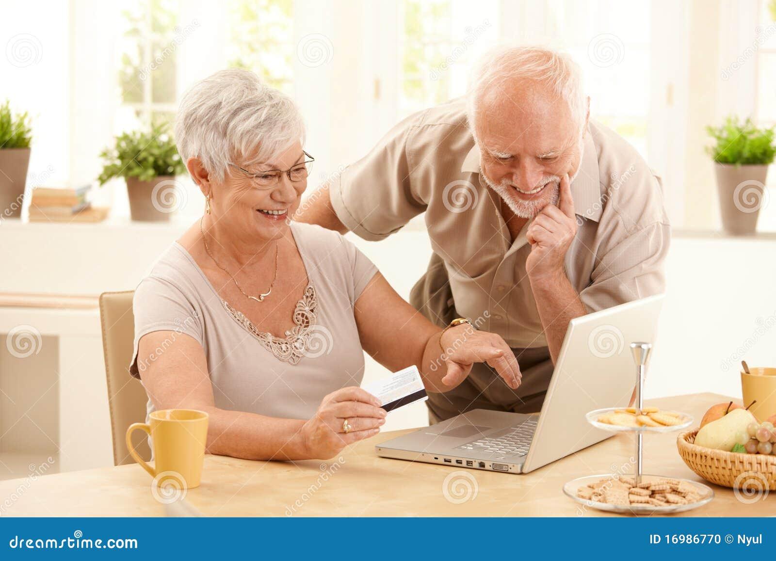 执行愉快的更旧的在线购物的夫妇