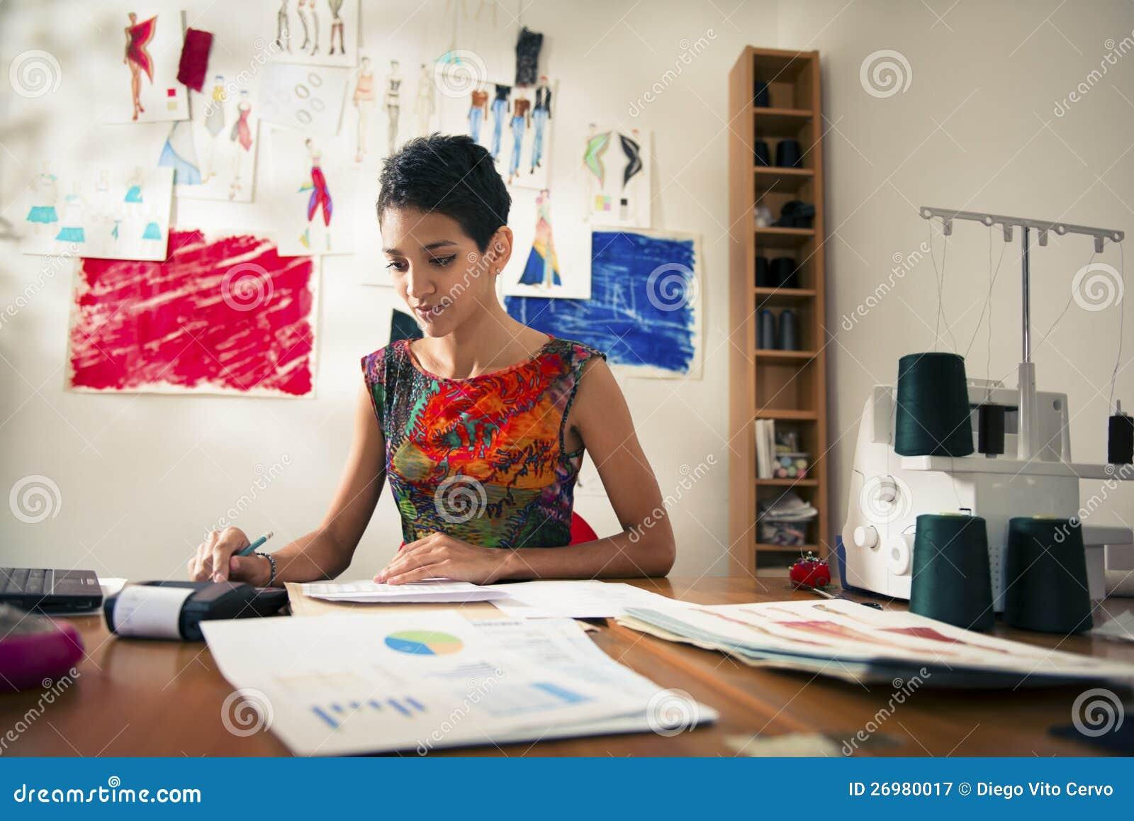 执行预算值的西班牙妇女在方式工作室