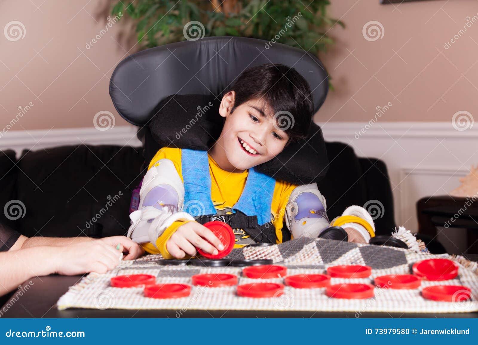 扮演验查员的轮椅的年轻残疾男孩