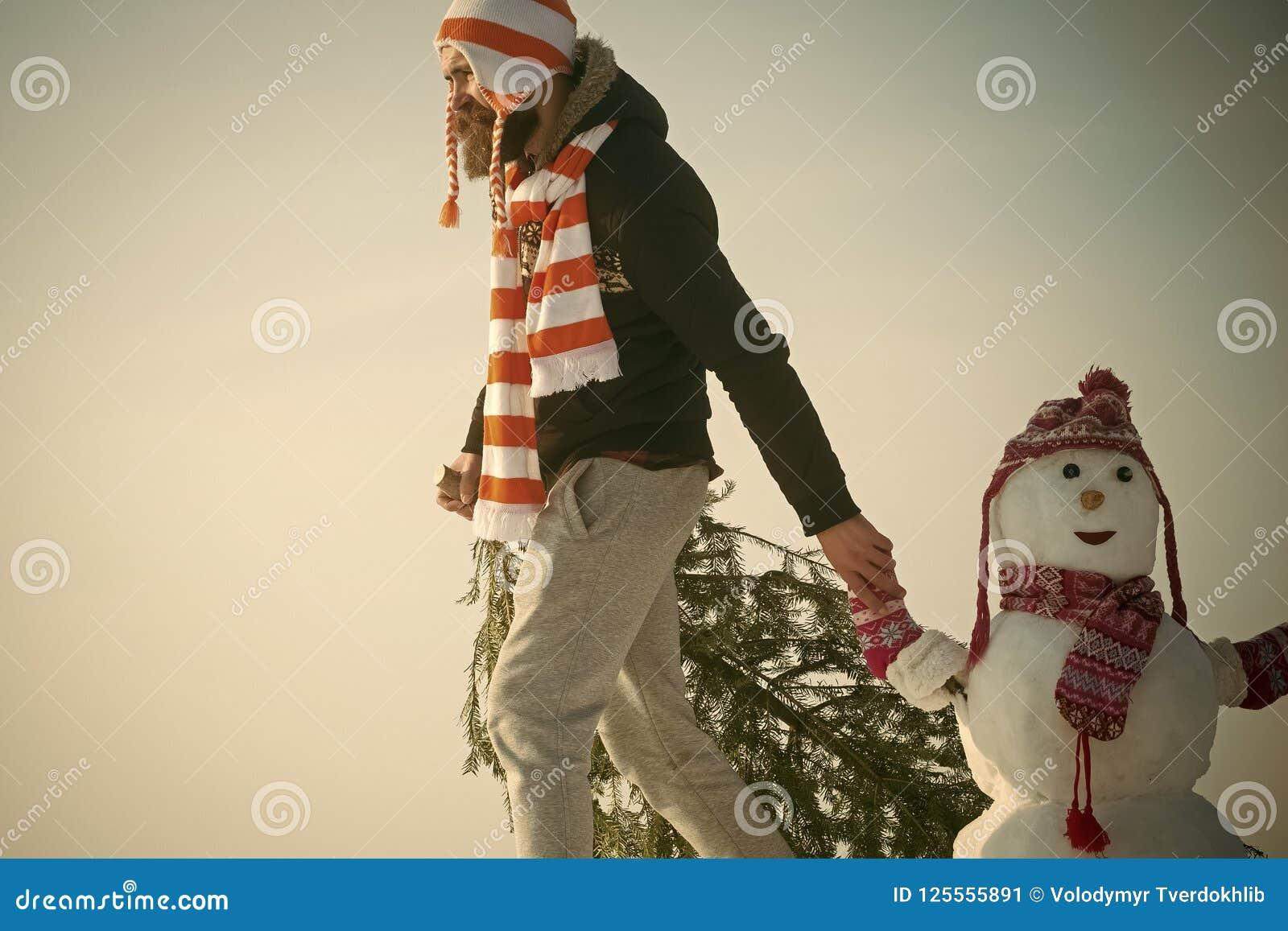 扯拽在多雪的冬天路的行家xmas树