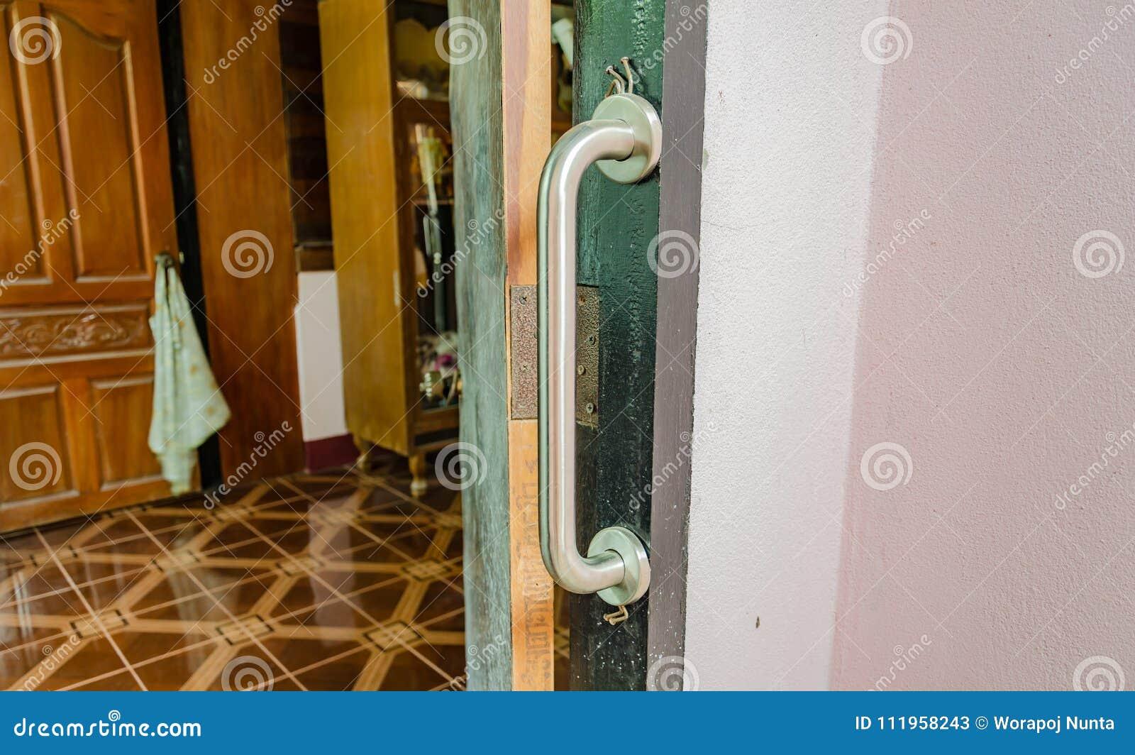 扶手栏杆被设定在门