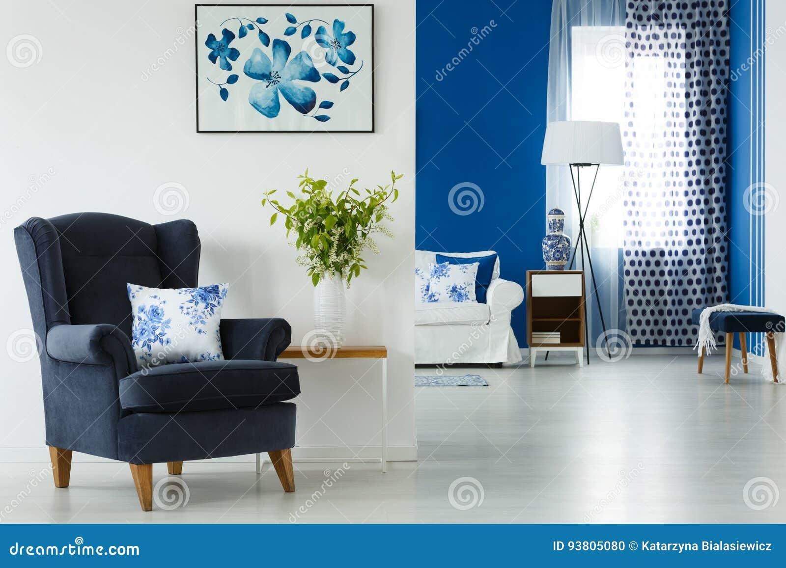 扶手椅子和花瓶在客厅