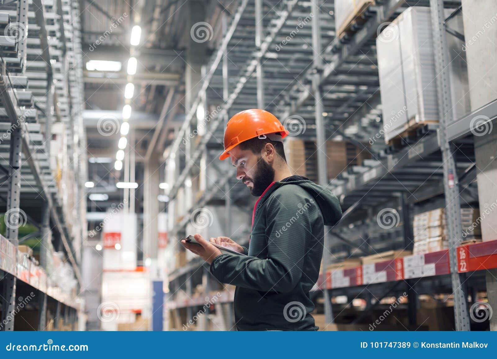 批发,后勤,人和出口概念-经理或监督员有片剂的在仓库
