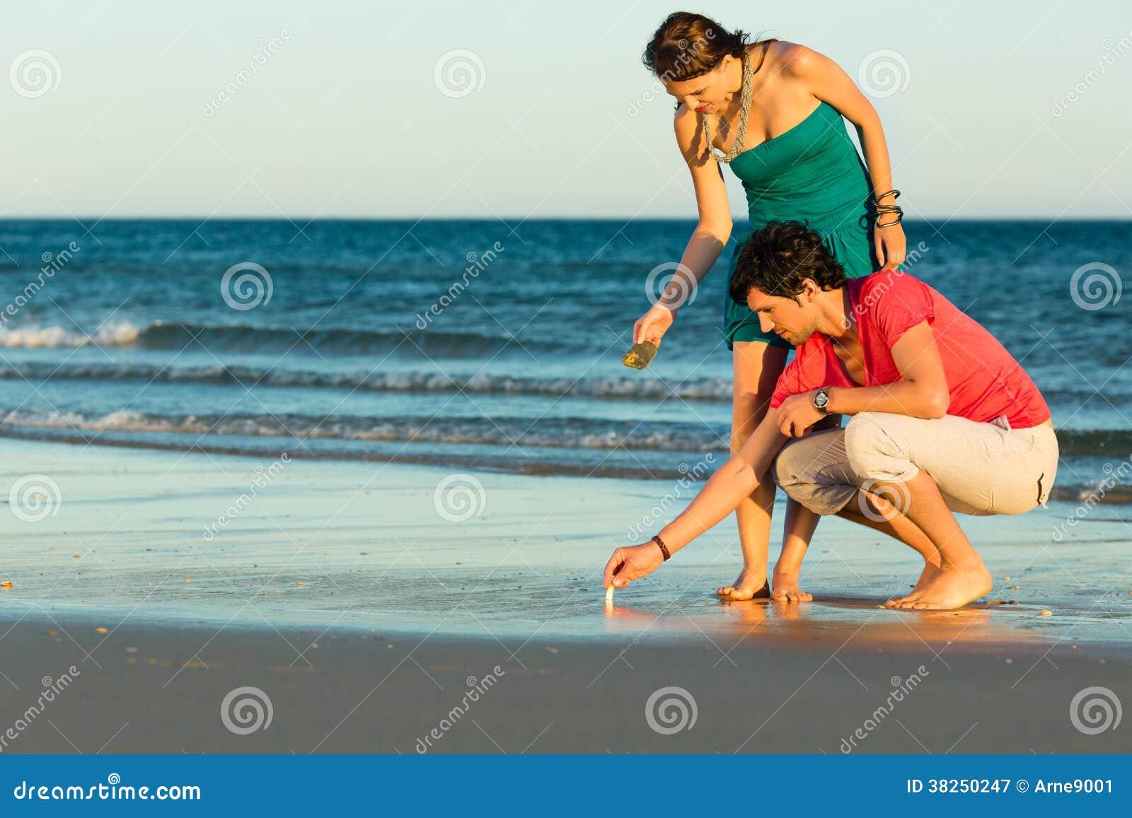 寻找壳的夫妇在日落