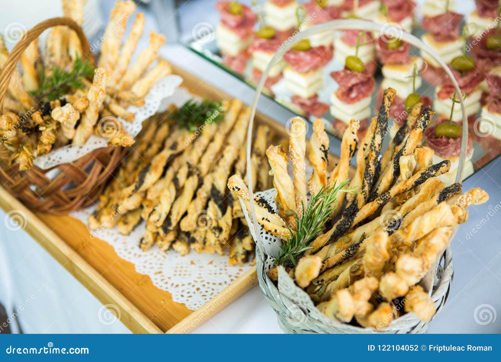 承办酒席食物婚礼事件表 在婚礼的自助餐线 可口开胃菜特写镜头