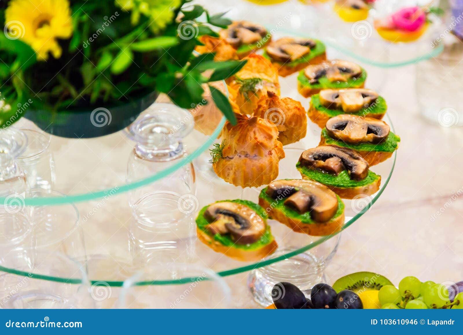 承办酒席 在自助餐的纤巧 三明治用蘑菇 服务的表