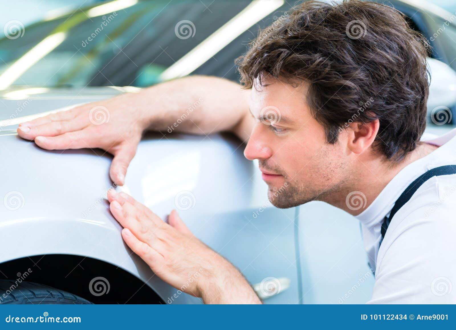 技工控制亮漆在汽车车间