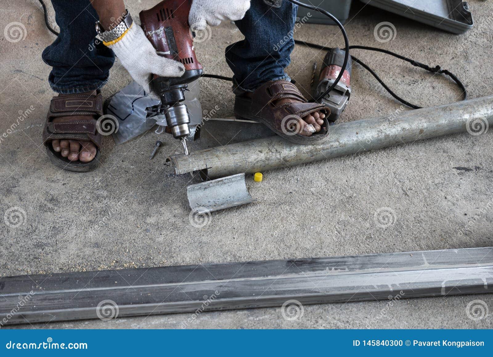 技术员使用金属管子钻床