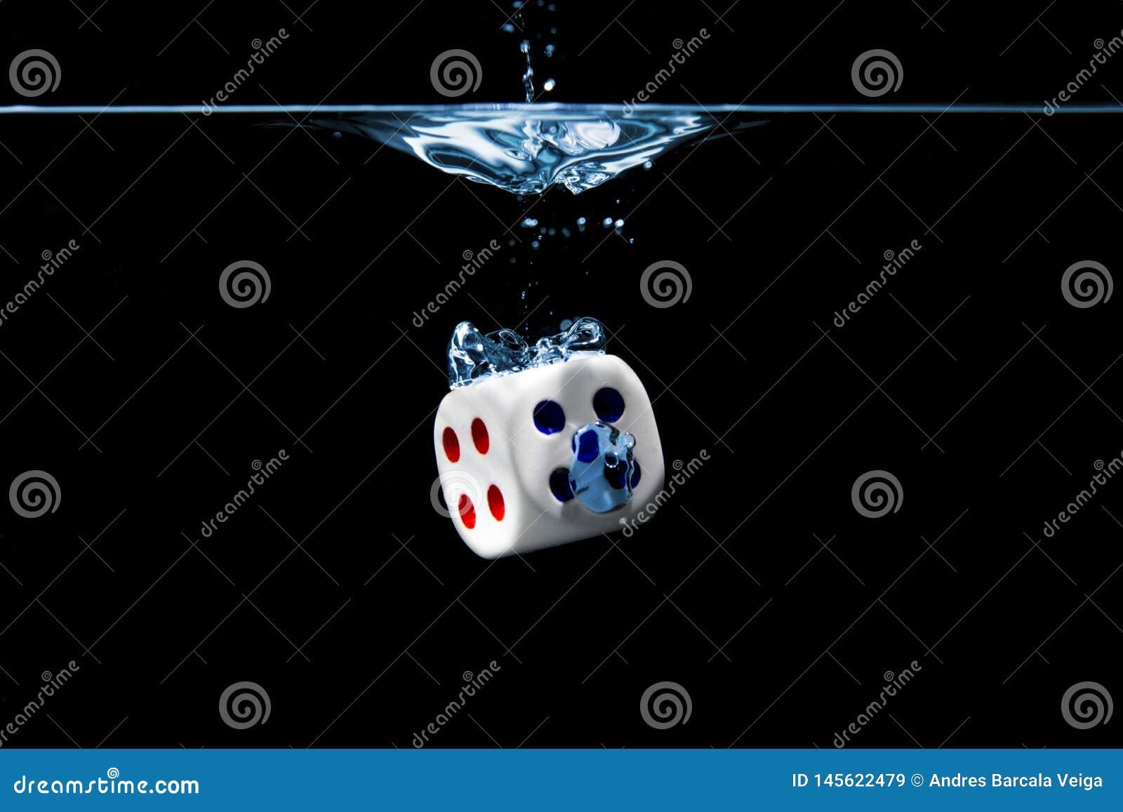 把与第四张和五张面孔切成小方块在水中有黑背景