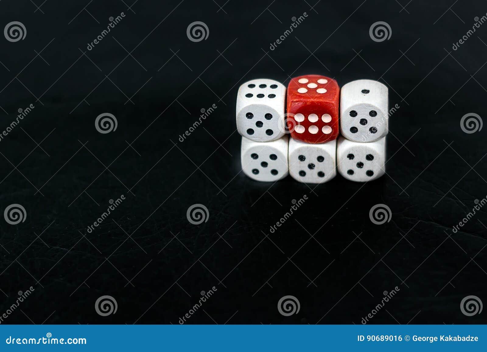 把五fives和红色六切成小方块在黑背景