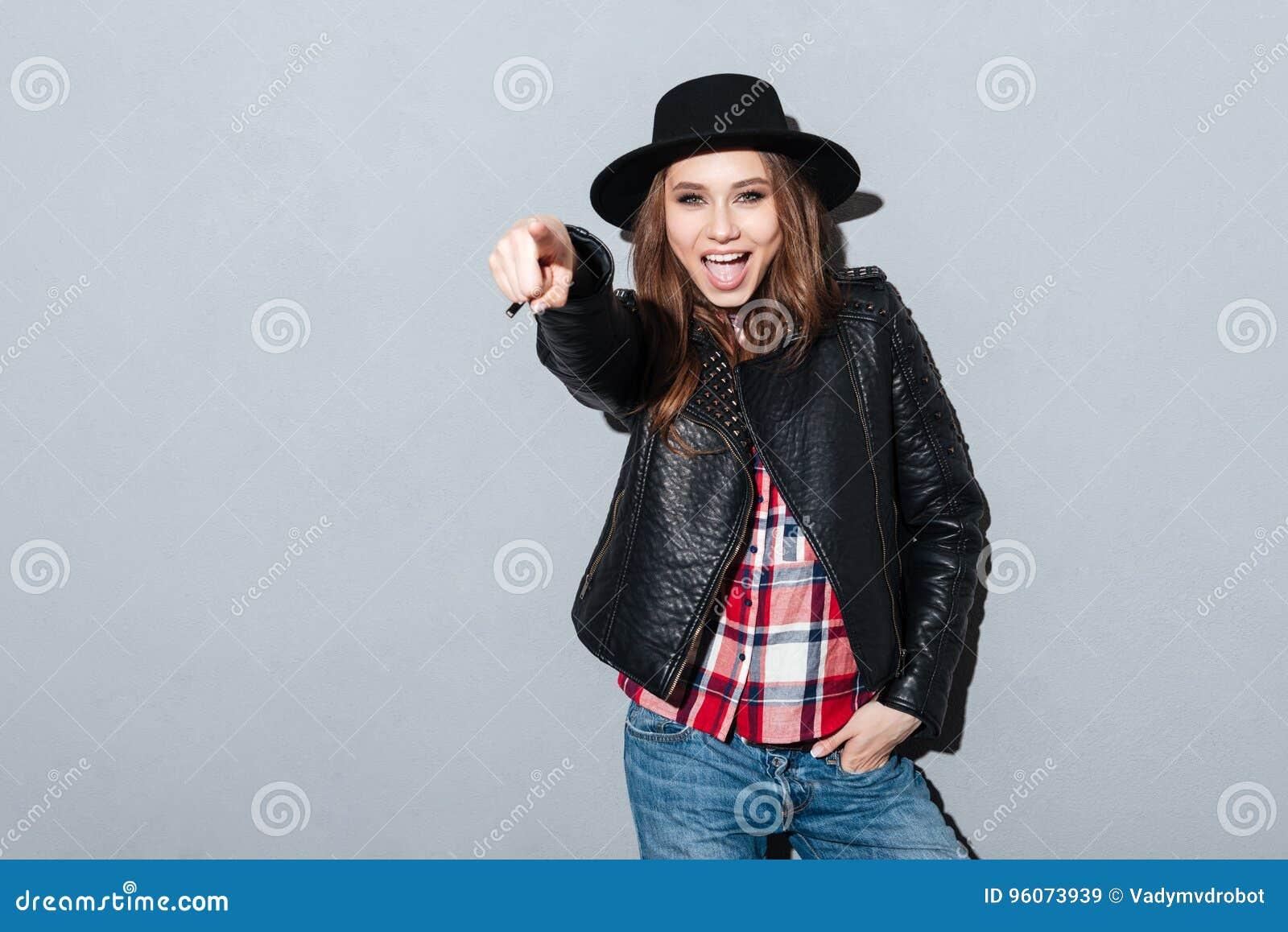 把手指指向的一个激动的少妇的画象照相机