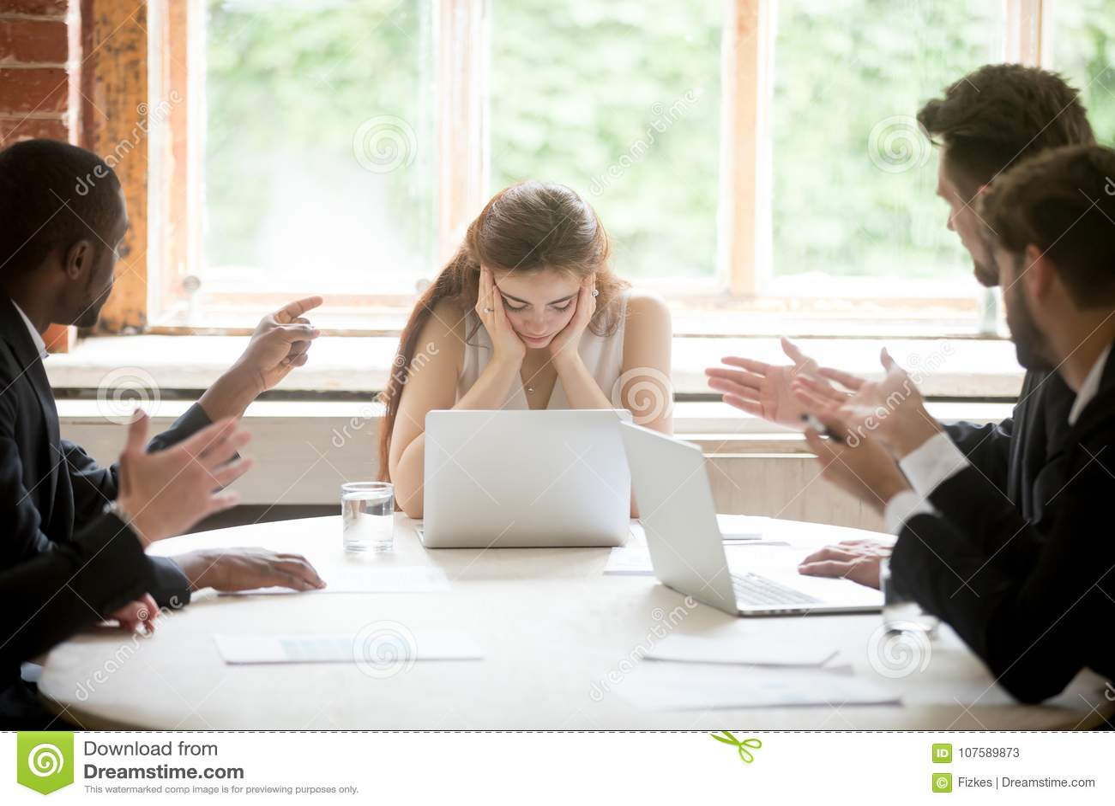 把手指指向的男性同事在会议的翻倒母上司