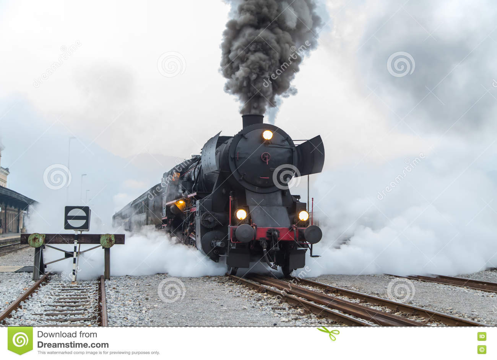 把火车站留在的老蒸汽火车在新戈里察,斯洛文尼亚