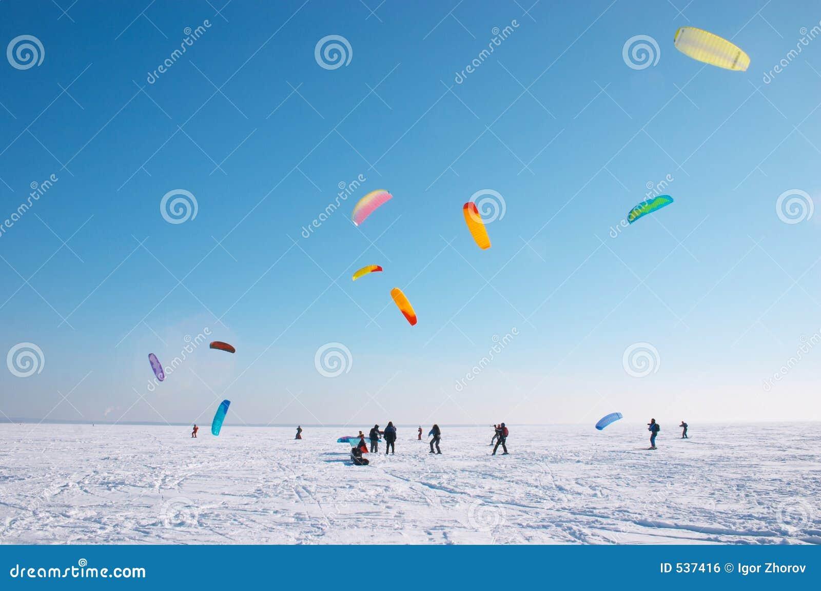 Download 抓住风 库存照片. 图片 包括有 风筝, 放松, 室外, 晒裂, 业余爱好, 滑雪, 齿轮, 空白, 腋窝, 航空 - 537416
