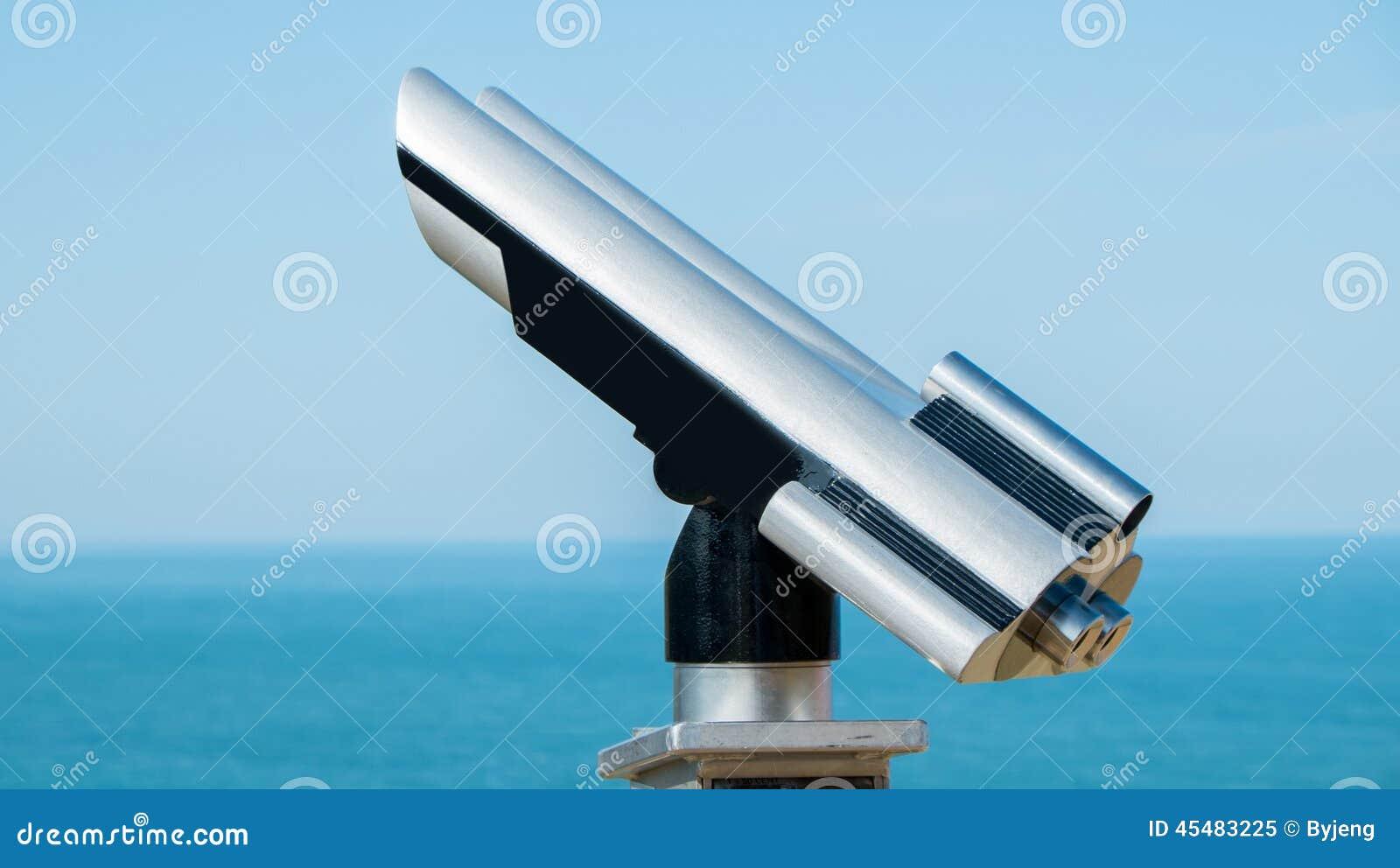 投入硬币后自动操作的双筒望远镜