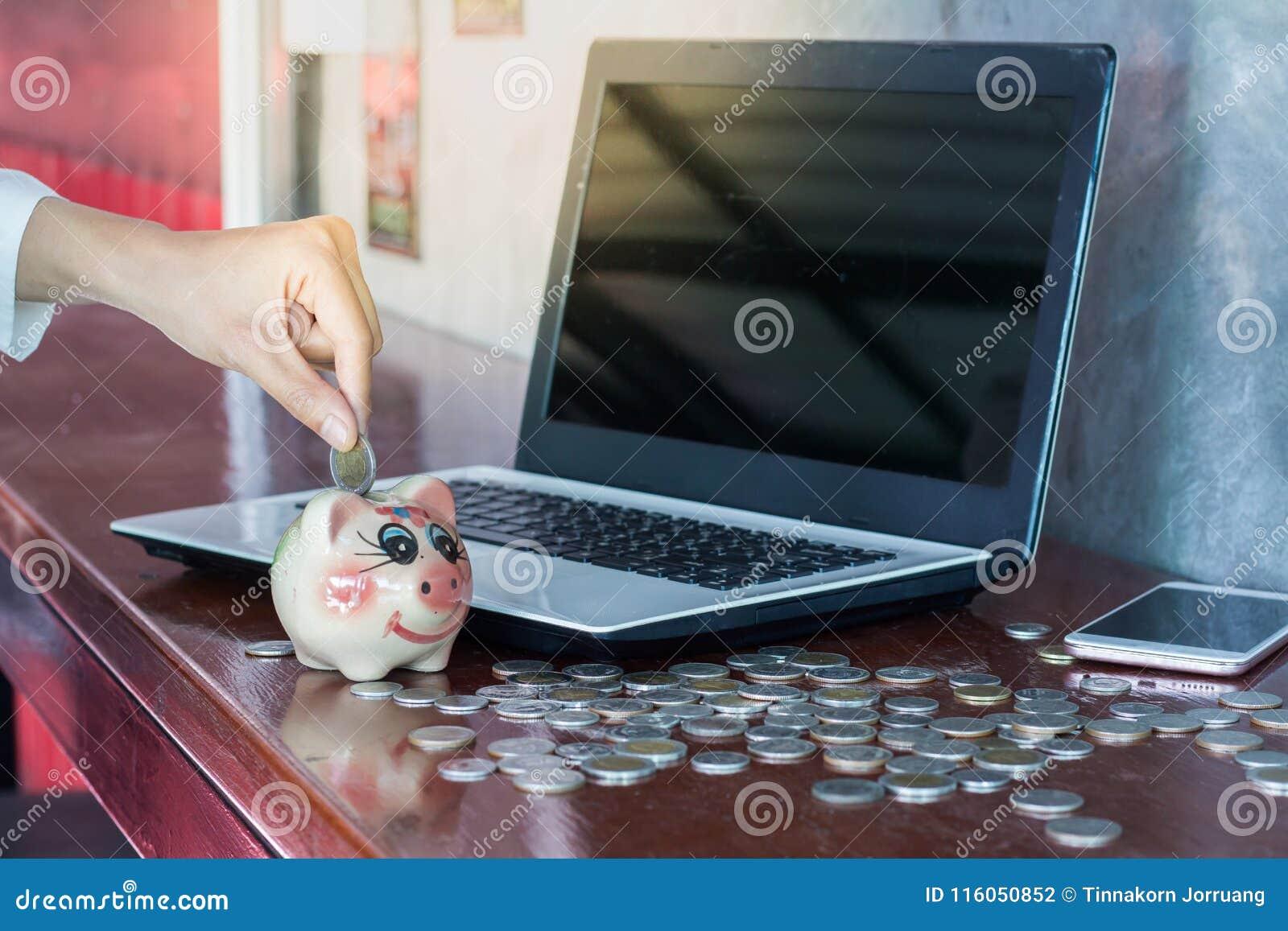 投入硬币的妇女在存钱罐中 挽救金钱,