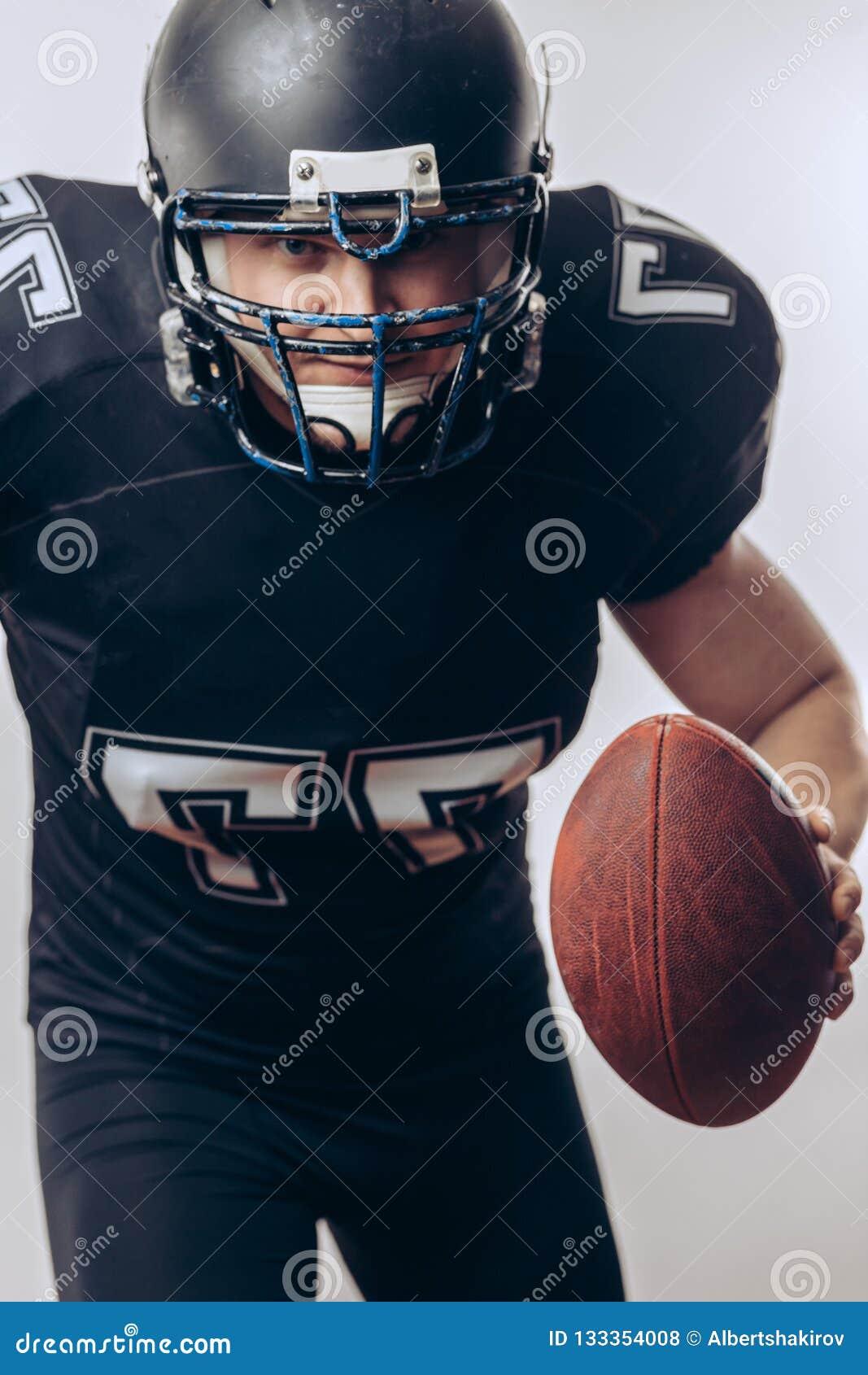 投掷在一场职业橄榄球比赛的四分卫橄榄球