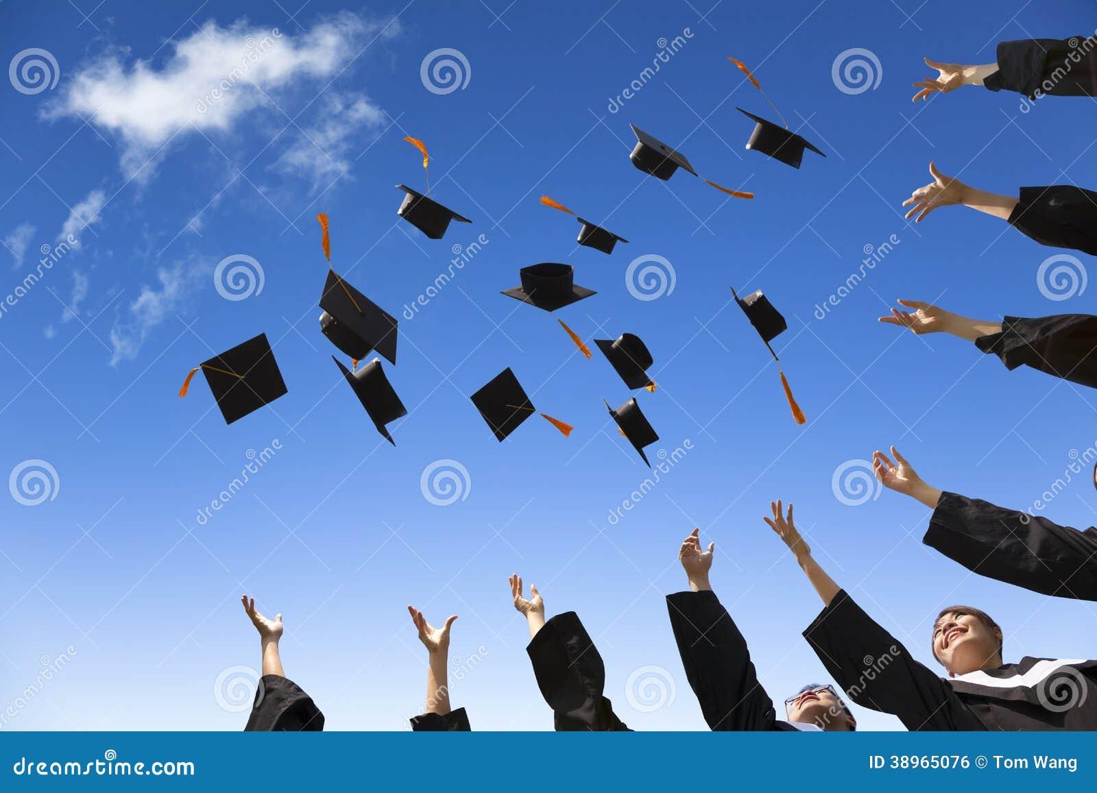 投掷毕业帽子的学生
