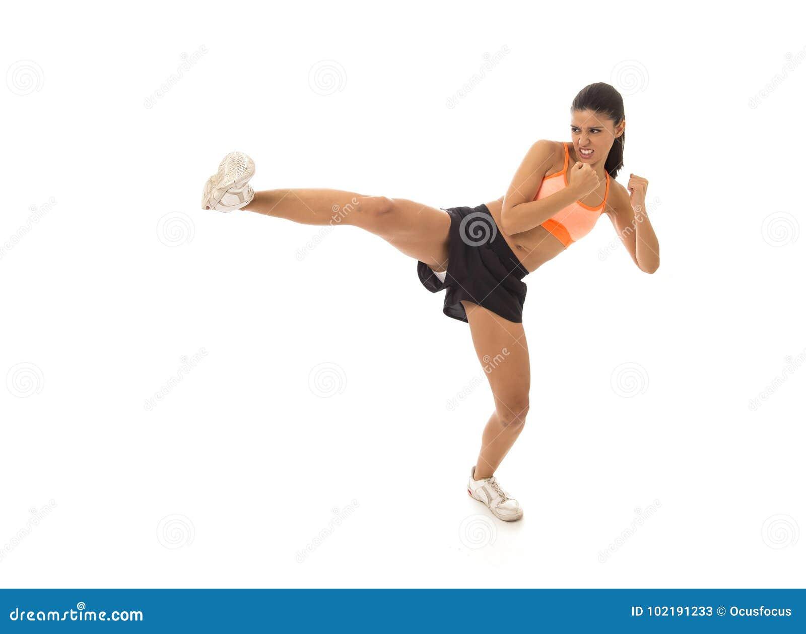 投掷积极的反撞力攻击的战斗和脚踢拳击训练锻炼的年轻可爱和愤怒的拉丁体育妇女