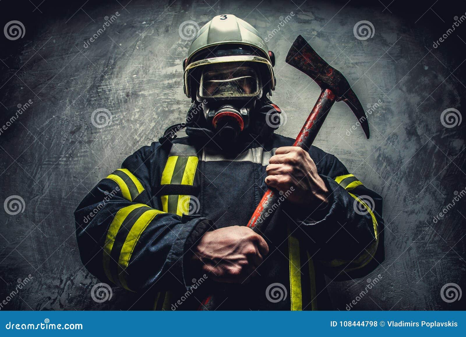 抢救氧气面罩的消防队员人