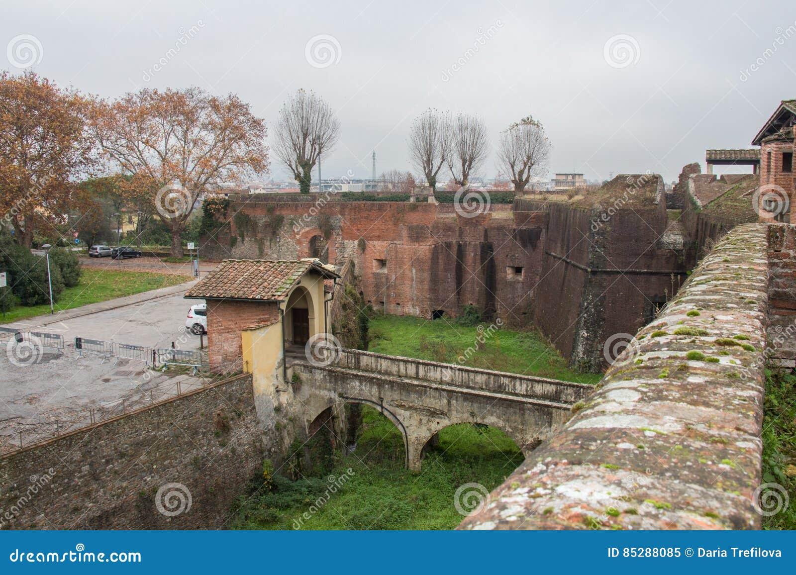 护城河和桥梁对圣塔巴巴拉Medici堡垒的主闸  皮斯托亚 托斯卡纳 意大利
