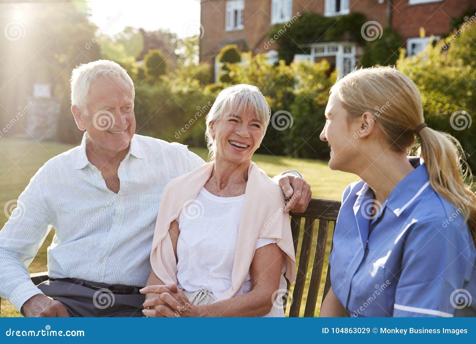 护士谈话与资深夫妇在家庭看护家