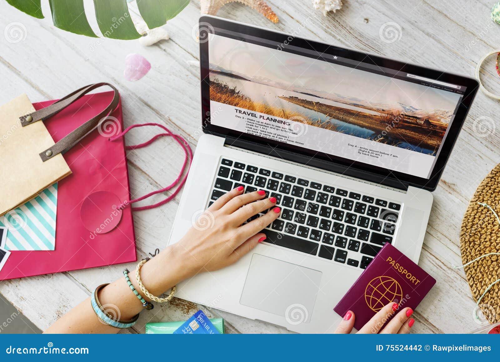 护照膝上型计算机旅行计划旅途概念
