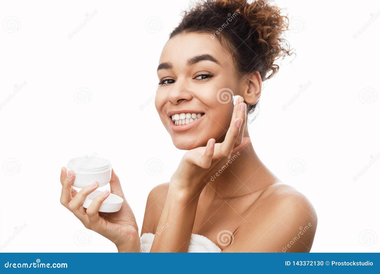护肤概念 应用在面颊的妇女奶油