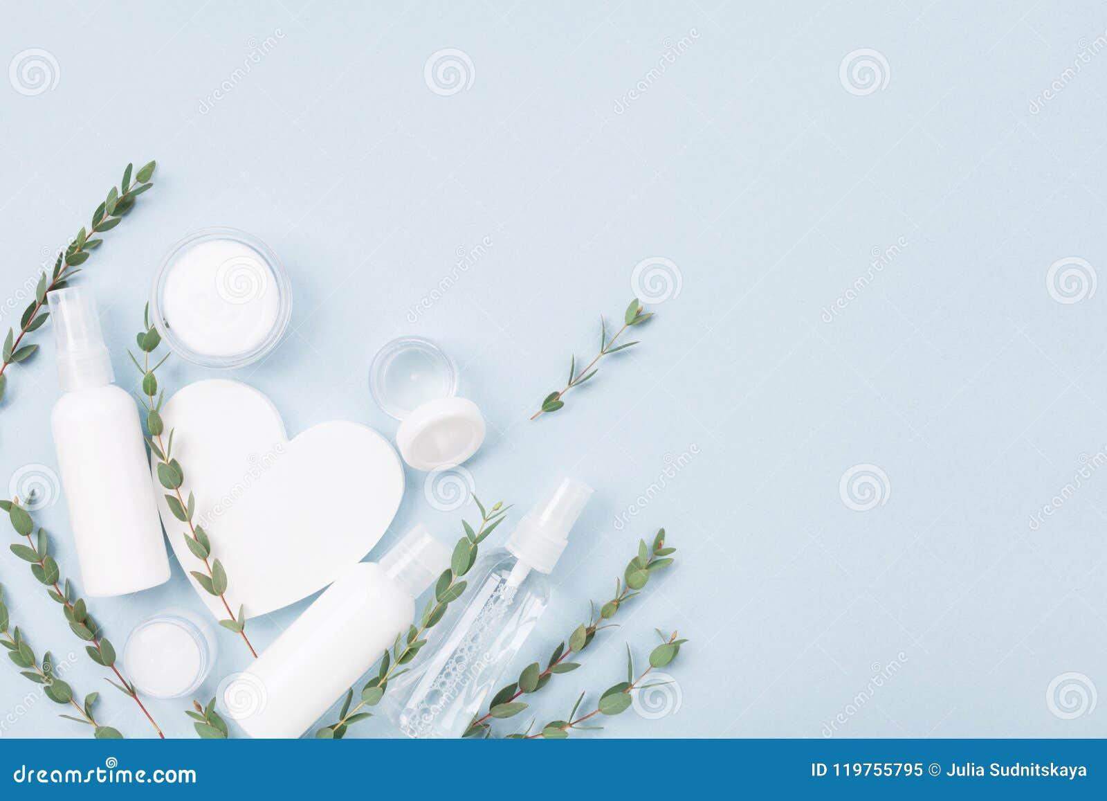 护肤的化妆用品集合和秀丽治疗装饰有白色木心脏和玉树叶子顶视图 平的位置