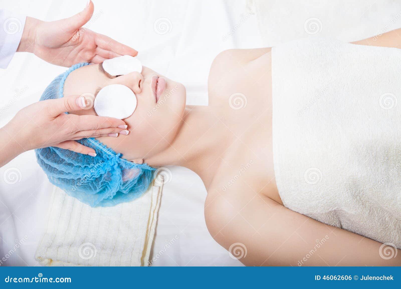 护肤-妇女由美容师的清洁面孔