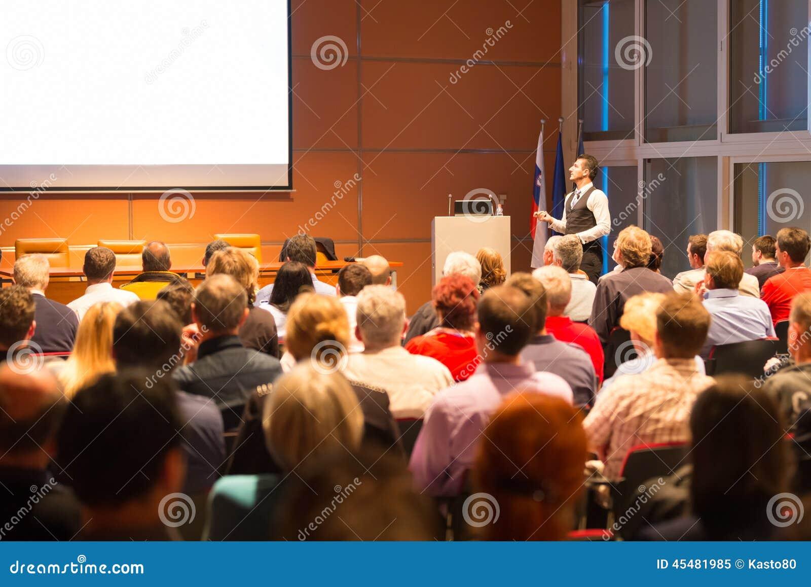 报告人在业务会议和介绍