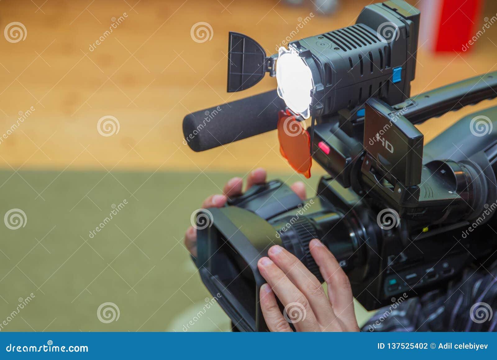 报道事件用一台摄象机 Videographer采取有赠送阅本空间的摄像头文本的 摄像头操作员