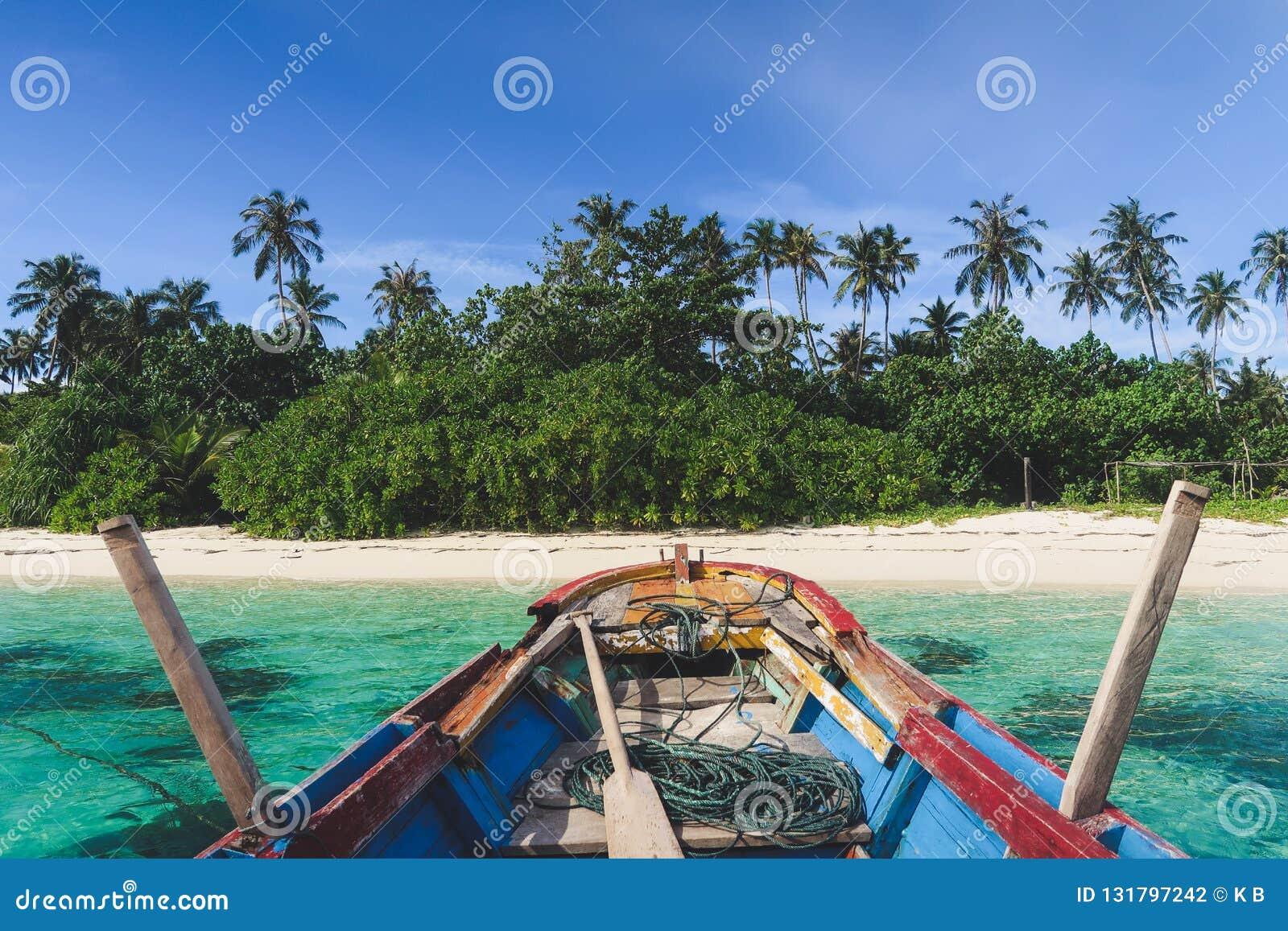 抵达乘一条传统小船对美丽的巴尼亚群岛苏门答腊,印度尼西亚