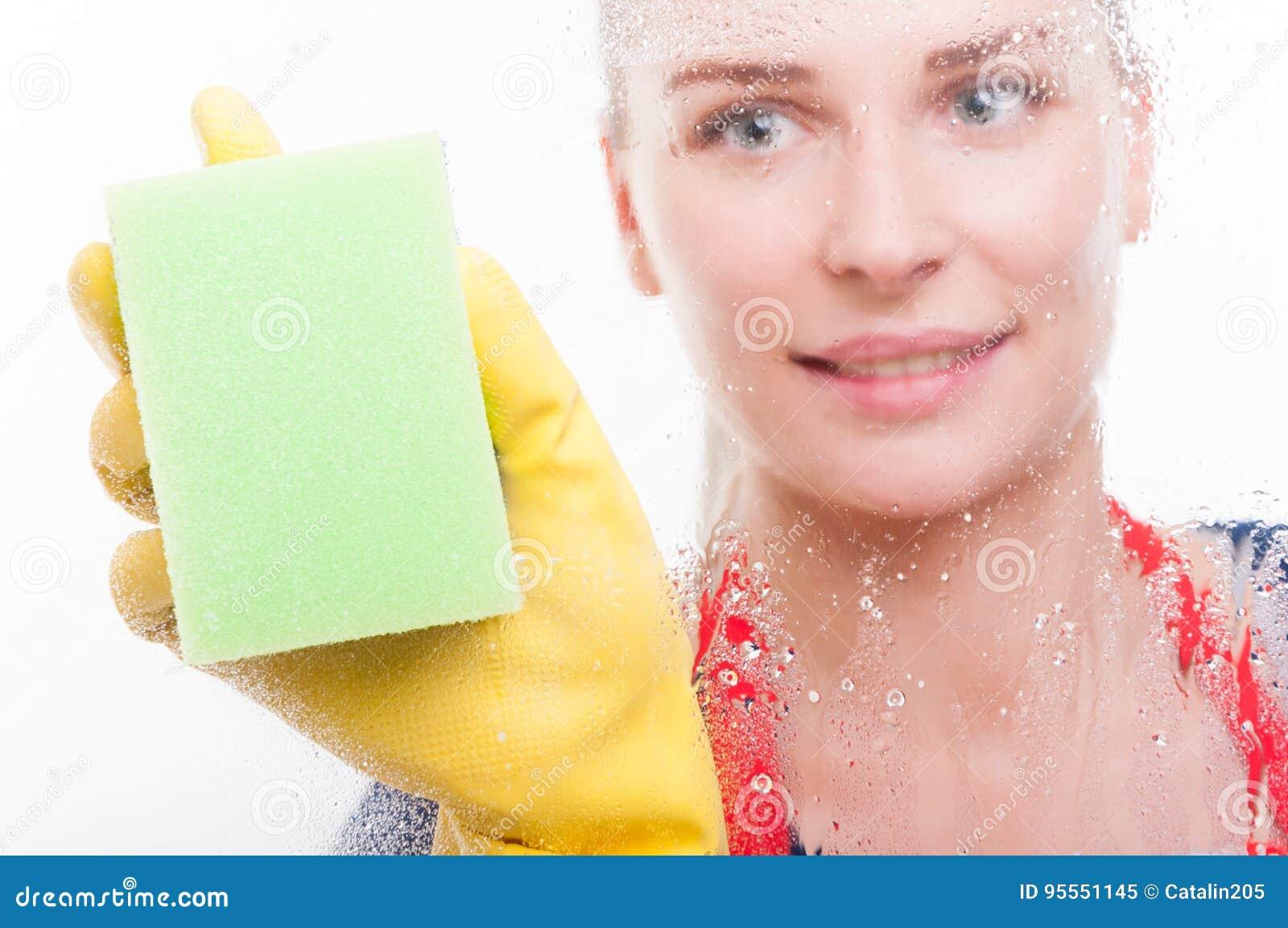 抹玻璃窗的妇女