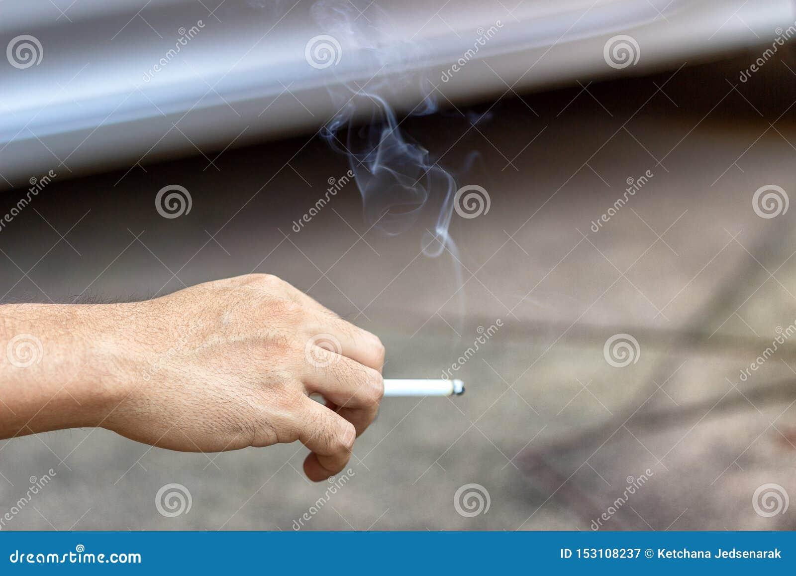 抽烟的停止的概念用男性手运载烟香烟药物,对人是有害的和