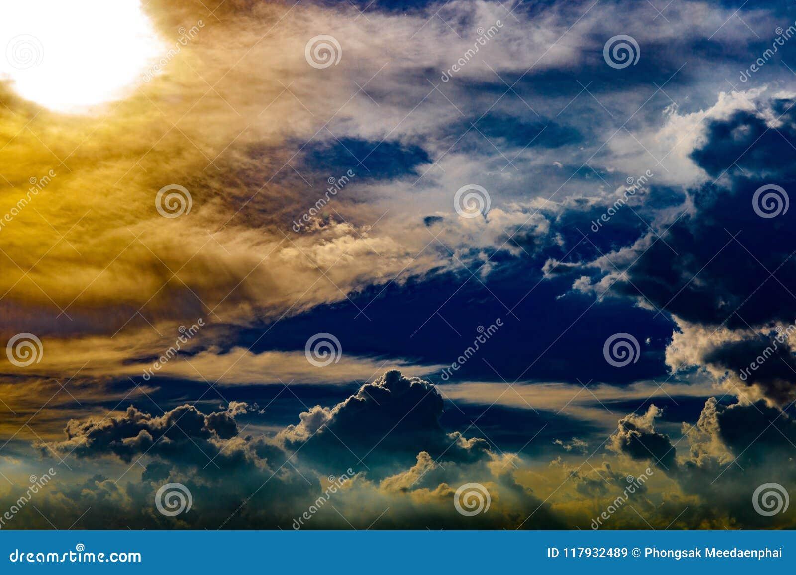 抽象剧烈的云彩喜欢天堂在日落时间