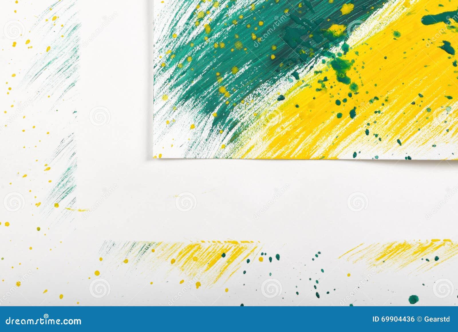 黄绿抽象剪影的特写镜头角落在白色背景的与手画树胶水彩画颜料刷子图片