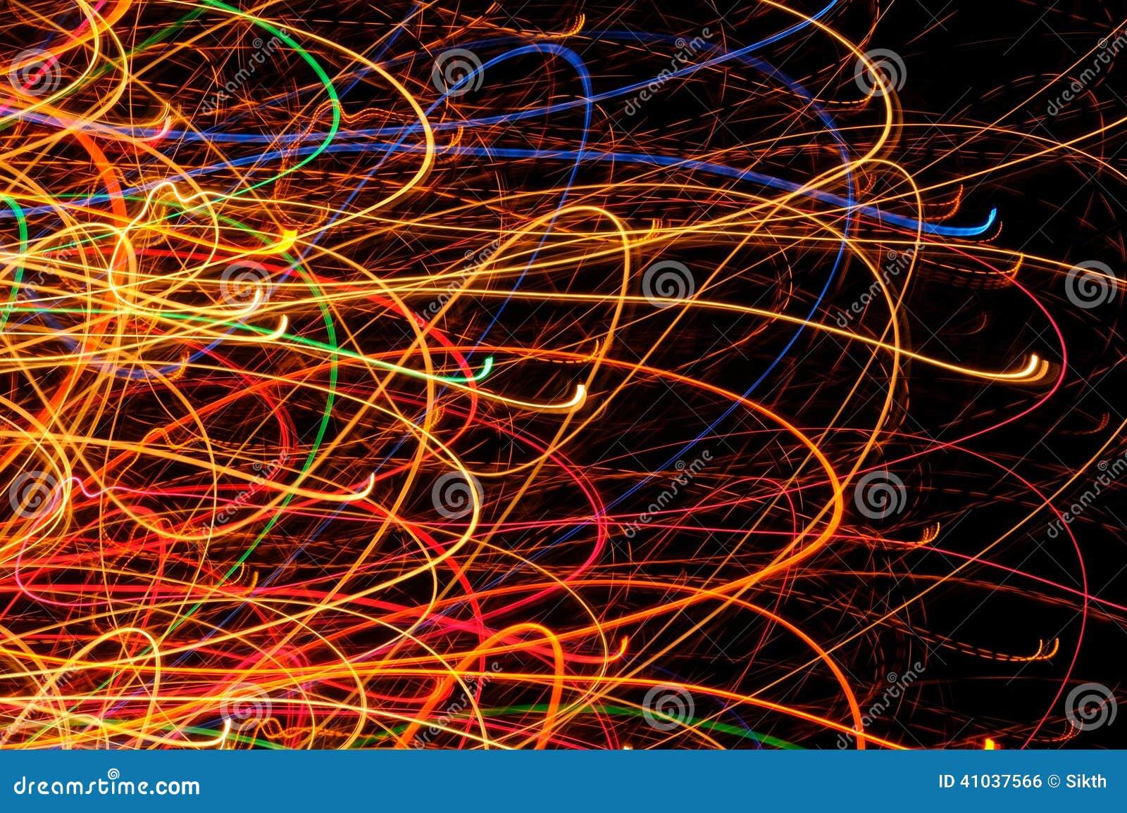 抽象明亮的多彩多姿的发光的线和曲线在黑背景