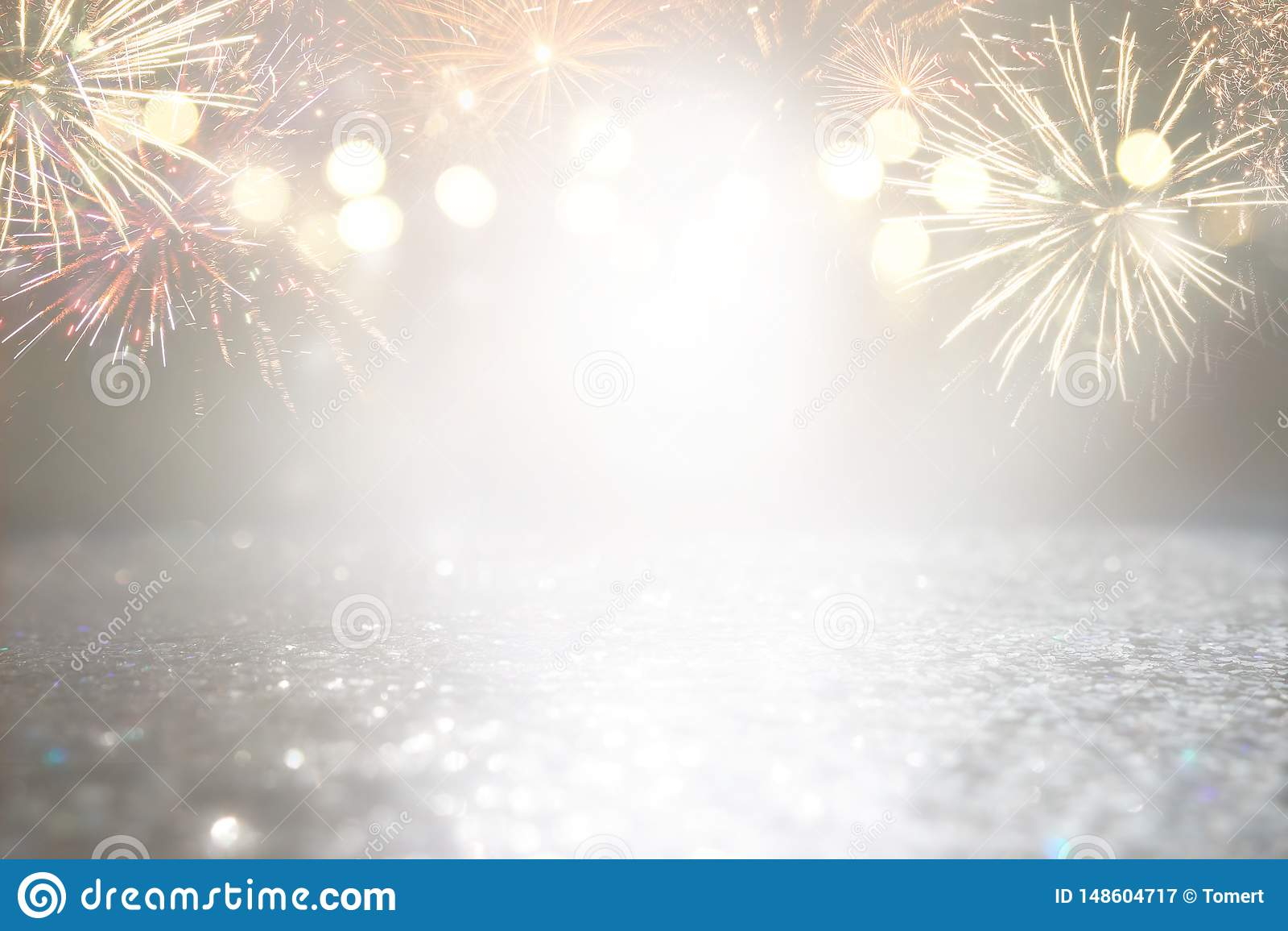 抽象金子和银色闪烁背景与烟花 平安夜,第4 7月假日概念