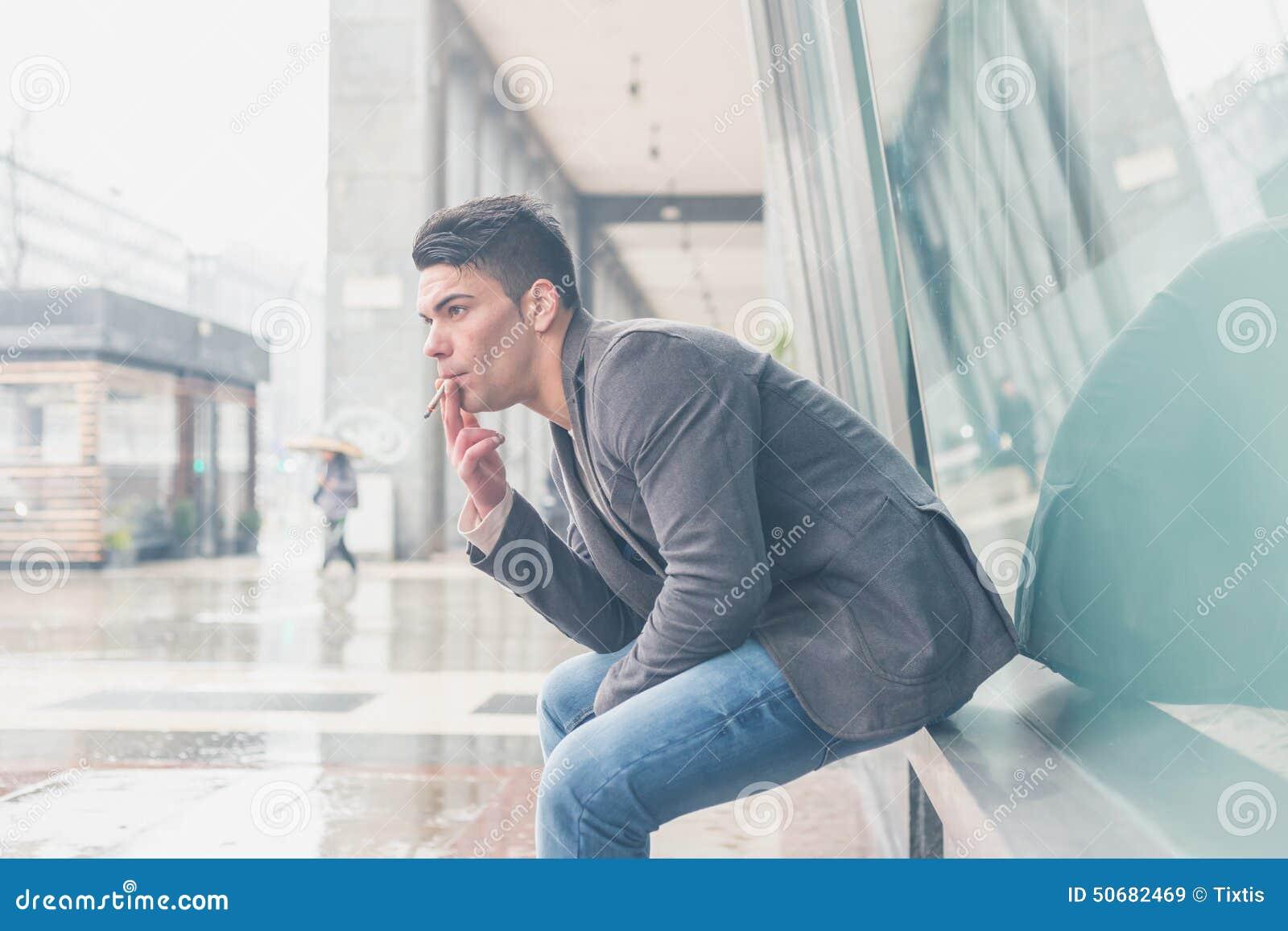 Download 抽香烟的年轻英俊的人 库存图片. 图片 包括有 令人上瘾, 人们, 成人, 全能, 设计, 香烟, 传神 - 50682469