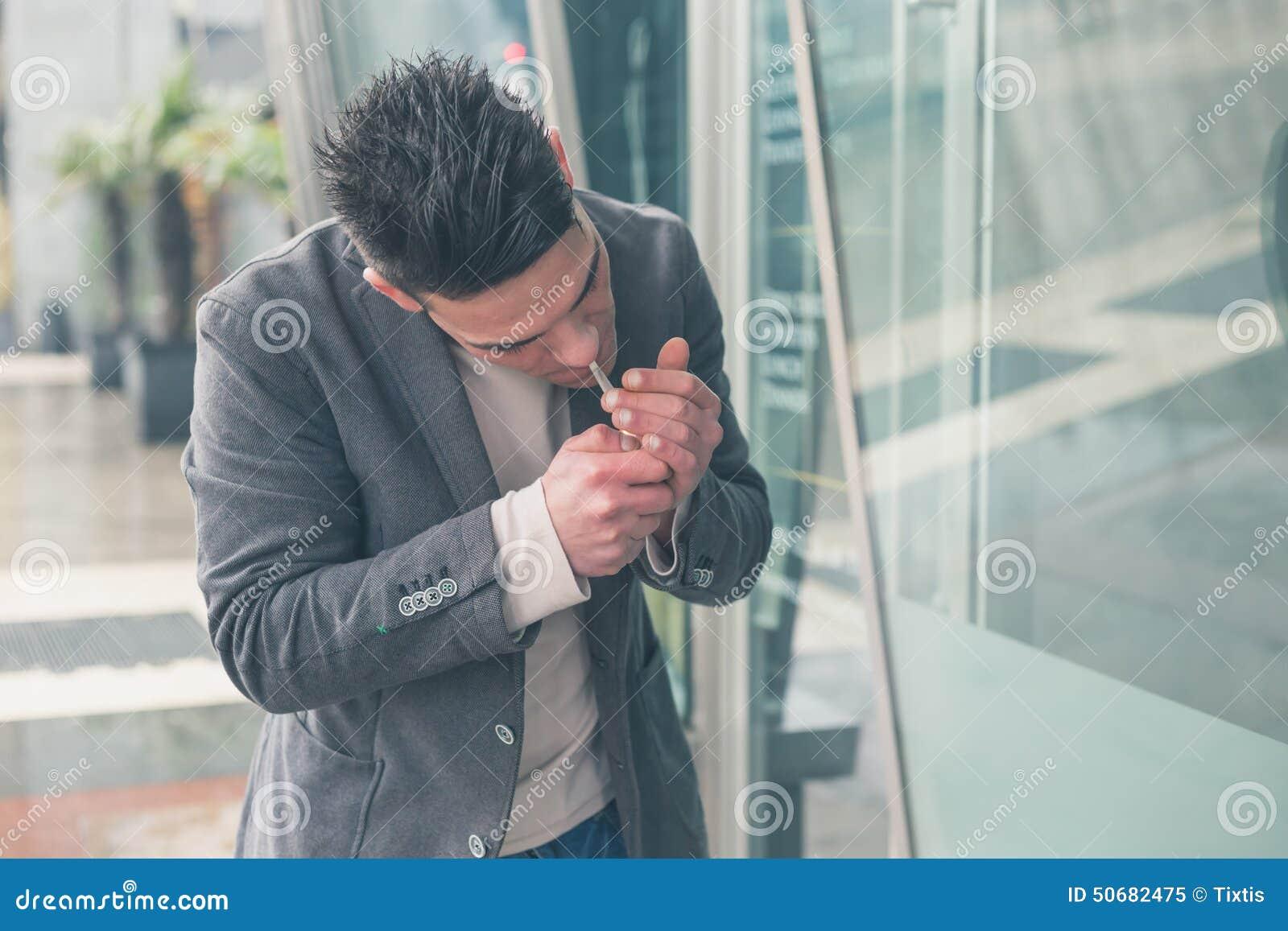 Download 抽香烟的年轻英俊的人 库存图片. 图片 包括有 有吸引力的, 英俊, 白种人, 生活方式, 人员, 照明设备 - 50682475