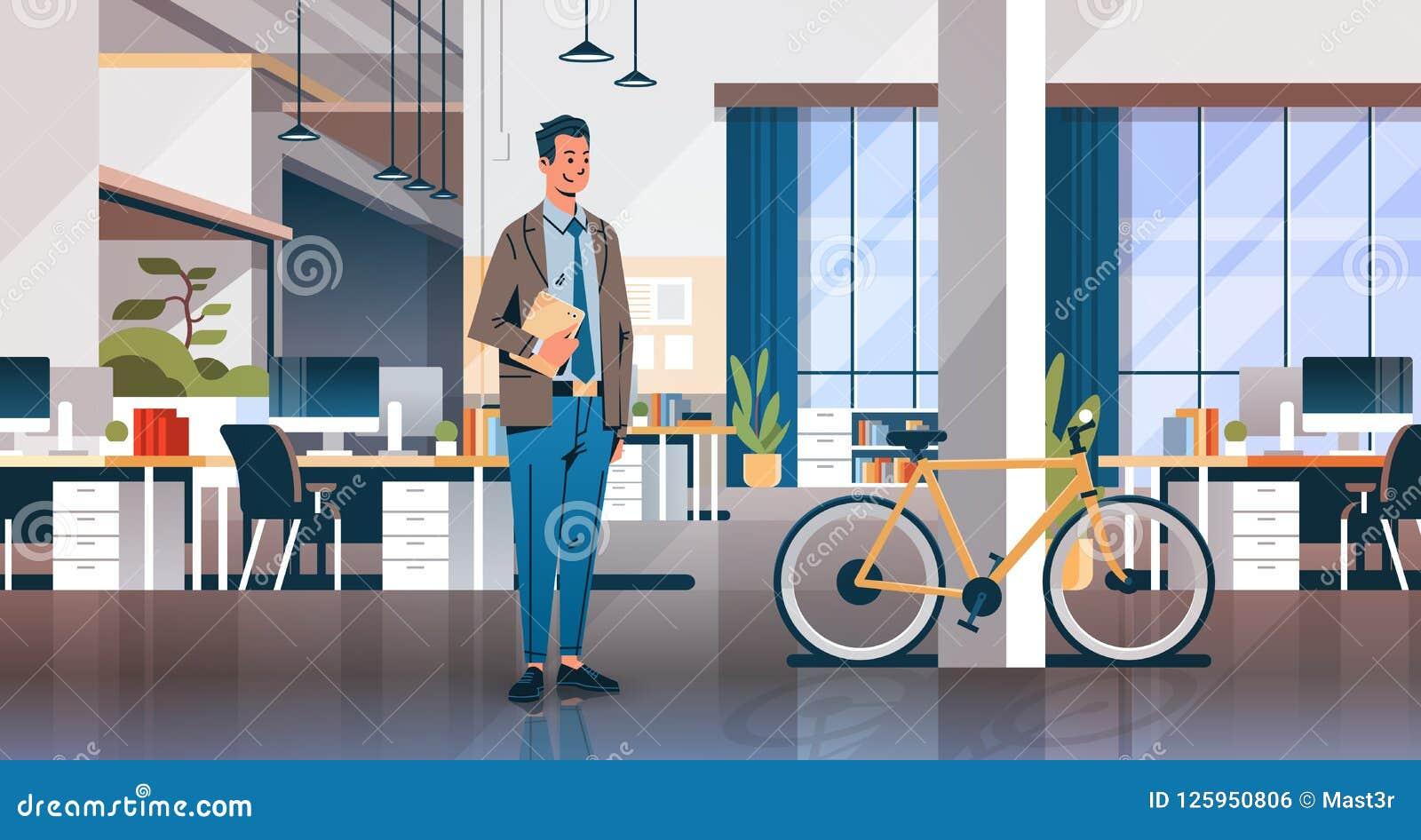 担任膝上型计算机创造性的职位的商人coworking中心室内部现代工作场所书桌自行车生态