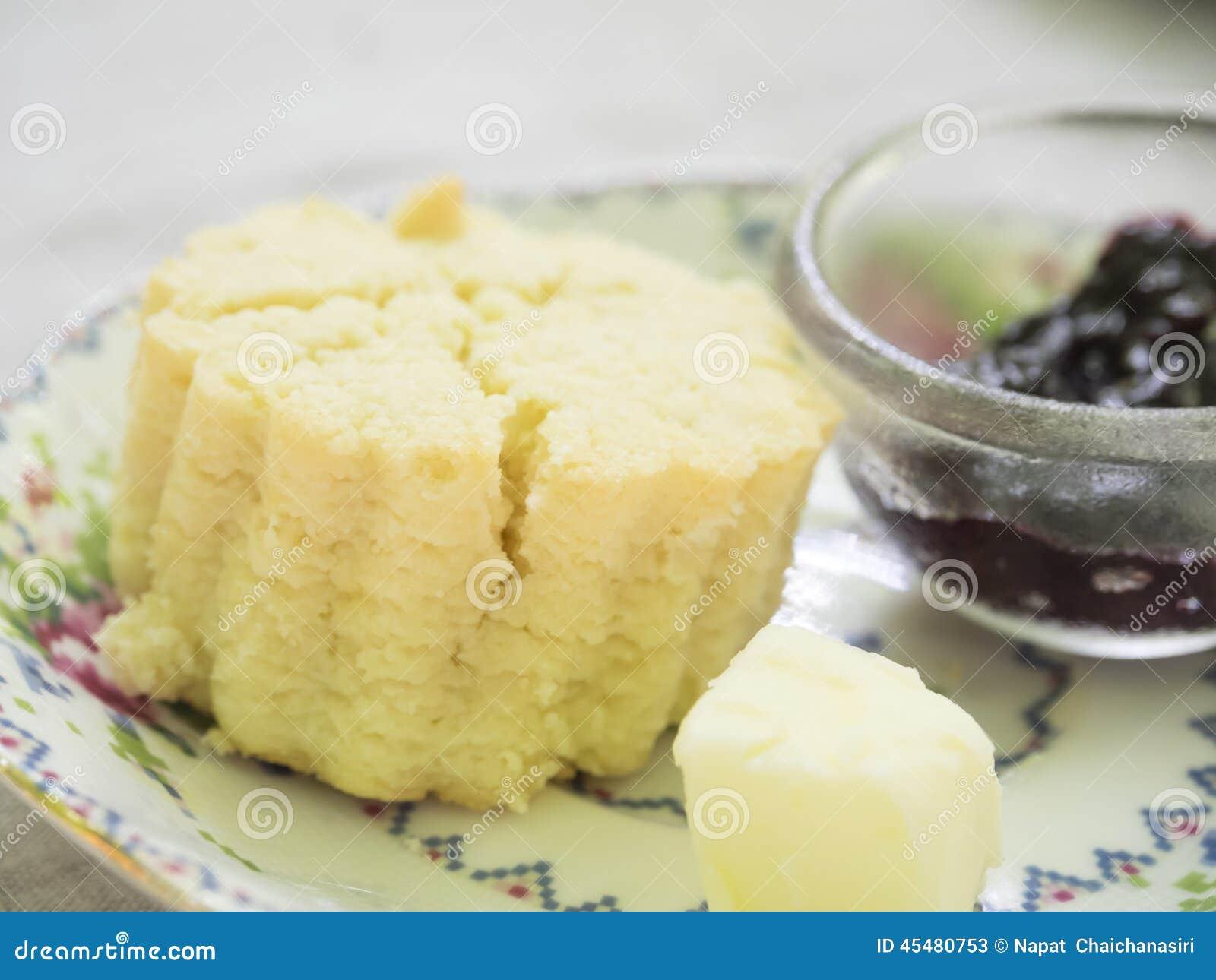 负担形状烤饼用黄油和山莓果酱