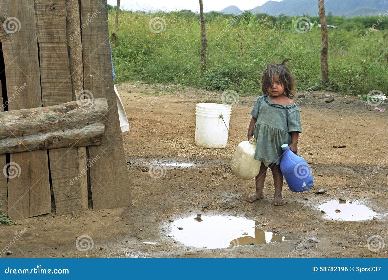 拉丁美州的女孩去拿来在山风景的水
