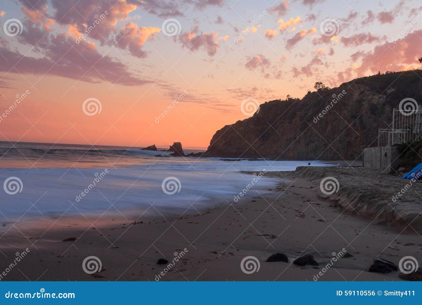 拉古纳海滩日落,新月形海湾海滩