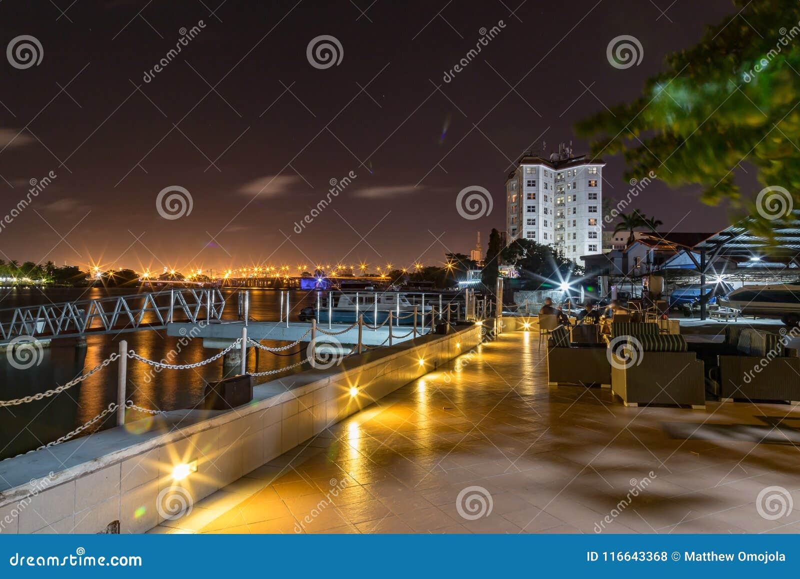 拉各斯小河在与维多利亚岛桥梁的晚上在距离